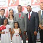 """No subúrbio de Salvador, casais dizem """"sim"""" em cerimônia matrimonial"""